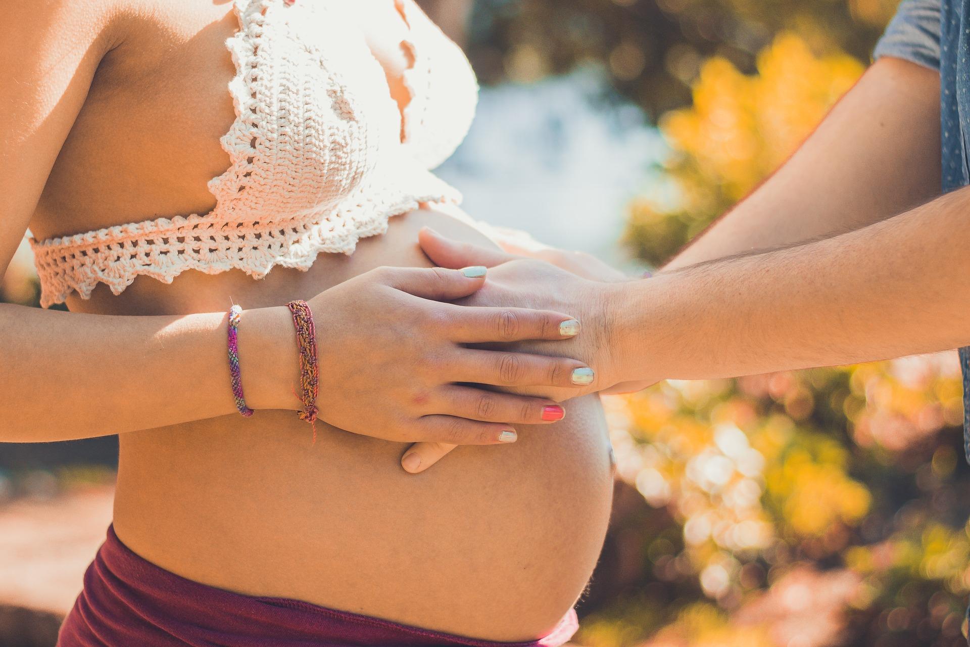 Těhotenství partner ruce
