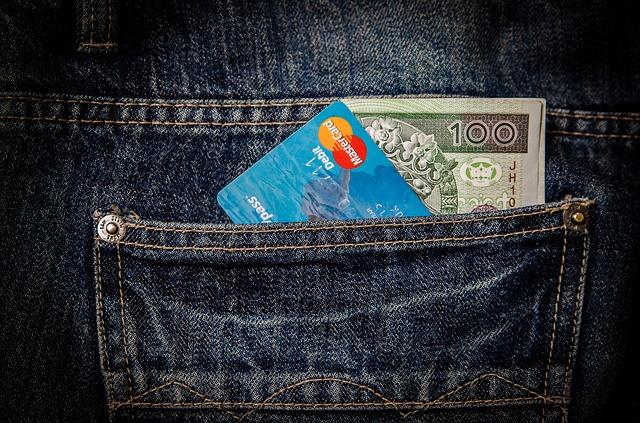 peníze a karta v džínách