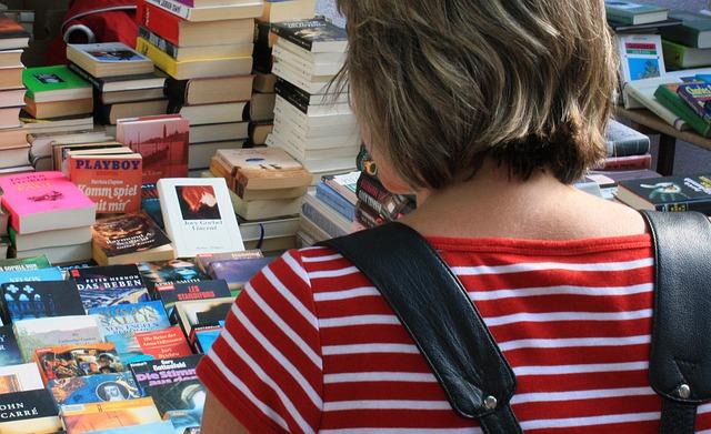 Paní si vybírá knížky