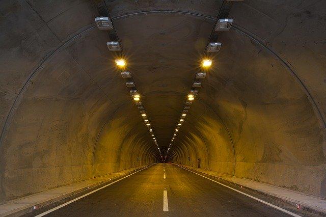 osvětlený betonový tunel