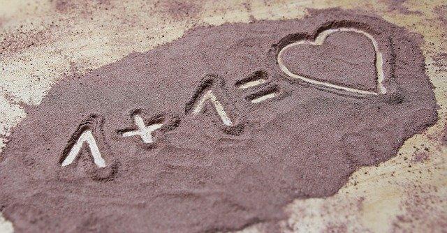 nápis v písku 1+1=srdce
