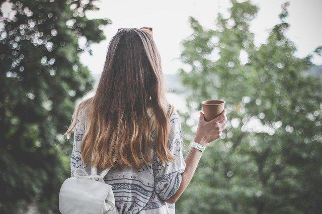 dívka s kávou v lese