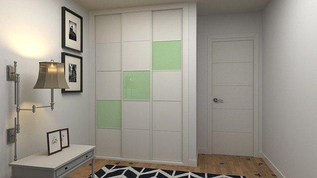 Interiér s moderní bílou skříní